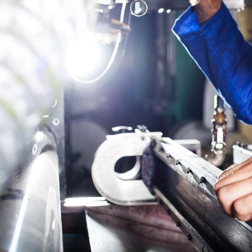 Człowiek pracujący przy maszynie